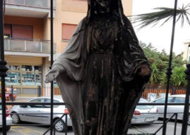 Marino, incendiata la statua della Madonna della Speranza. Caccia ai vandali