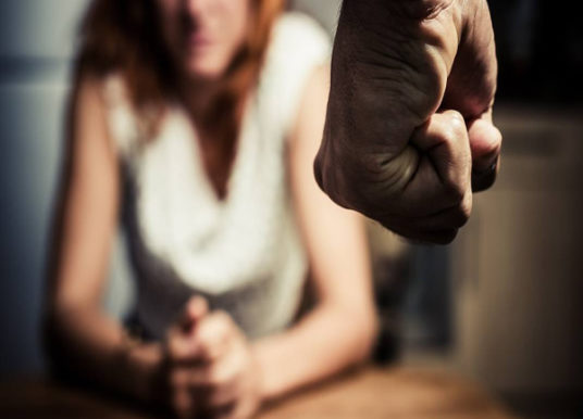 """""""Voglio solo parlarti"""", ma al rifiuto della ex sfonda la porta"""