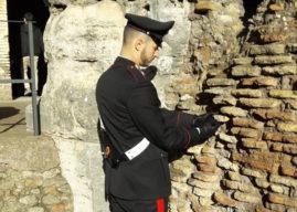 Roma, turista-vandalo stacca un mattone del Colosseo