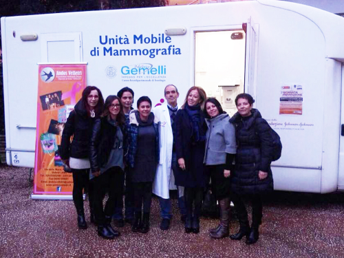 le volontarie A.N.D.O.S. VELLETRI con la presidente Ombretta Colonnelli, la presidente della commissione pari opportunità Romina Trenta ed i volontari della Komen Italia con il personale medico