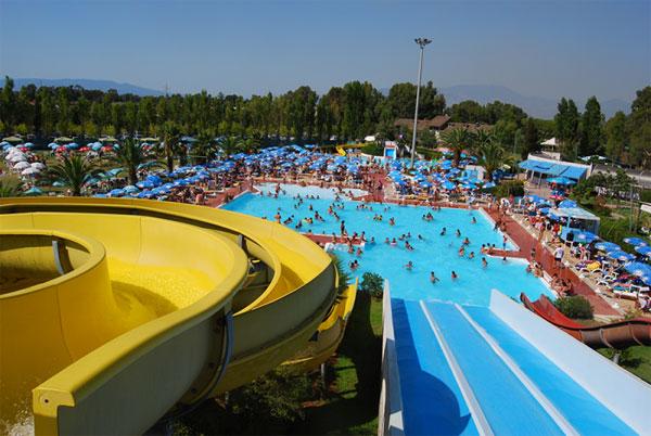 Bimbo di 6 anni si tuffa in una piscina del parco - Parco tivoli piscina ...