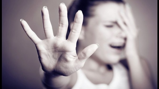 Orrore ai Castelli, picchia la moglie con i guanti da box