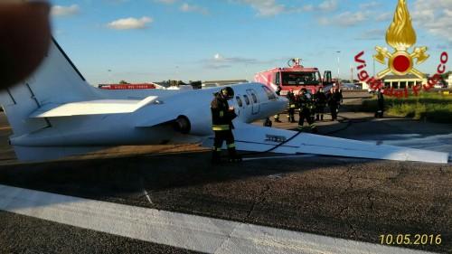 Panico a Ciampino, aereo finisce fuori pista