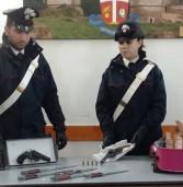 Tivoli, nascondevano in casa due pistole e baionette per Kalashnikov