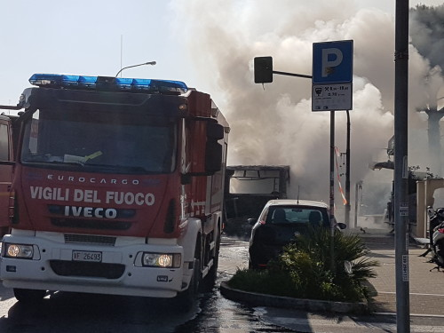 Roma, in fiamme bus linea 515