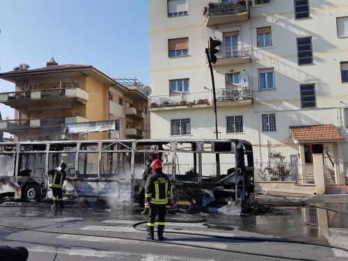 Bus della linea 515 prende fuoco a Ciampino, in salvo i passeggeri