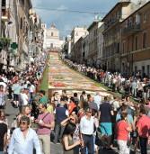 Grande successo per l'Infiorata di Genzano, ospite anche Paolo Bonolis
