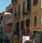 Anzio, crolla un cornicione e danneggia tre balconi. Evacuato un palazzo