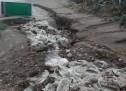 Ardea: sacchi di plastica e rifiuti emergono dalla sabbia dopo il maltempo