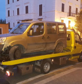 Albano, causano un incidente e tentano di rubare un'auto per scappare