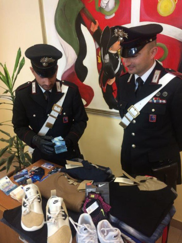 pomezia-la-refurtiva-e-le-carte-clonate-sequestrate-dai-carabinieri-3
