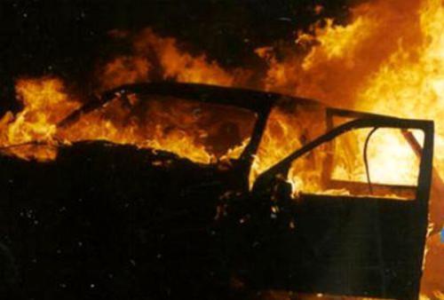 auto-incendiata-3