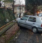 Velletri, sbanda con l'auto e sfonda un muro. Scoperto senza patente