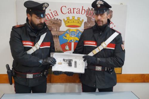tivoli-la-pistola-sequestrata-dai-carabinieri