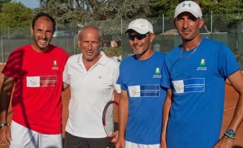 caputi-in-maglia-bianca-vicino-allex-tennista-santopadre-in-rosso-e-i-maestri-molinari-e-marte-in-blu