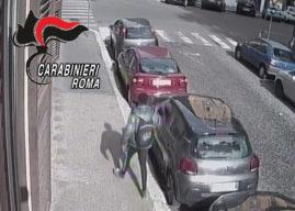 Roma, danneggiava le auto in sosta e dava fuoco ai cassonetti, arrestato un 26enne